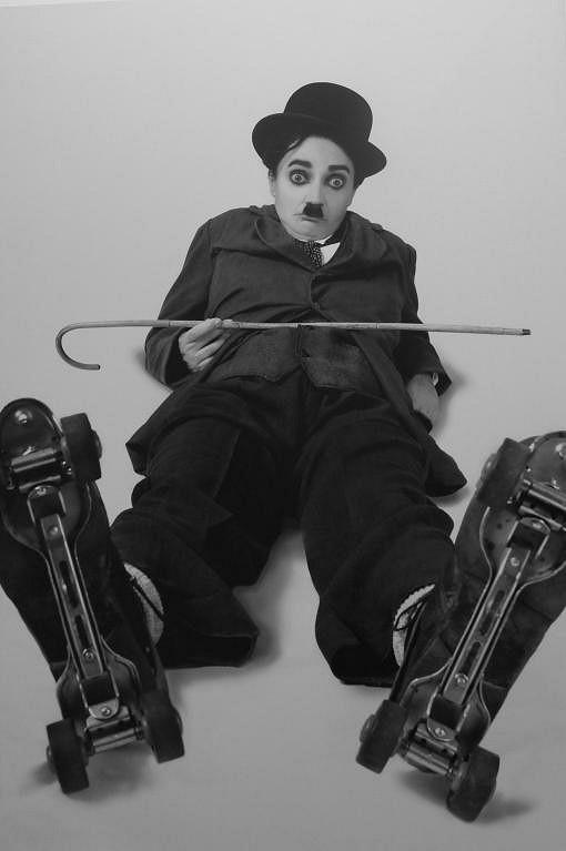 Lucie Bílá jako Charlie Chaplin v kalendáři Proměny 2011.