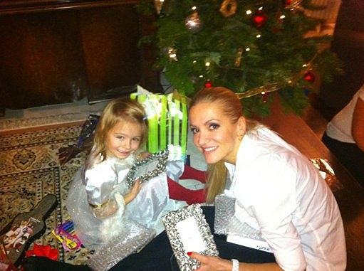 Dara Rolins s dcerou Laurou u vánočního stromečku.