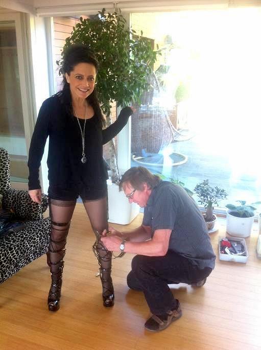 Lucii Bílou si vzal do parády obuvník, který pro ni připravil sexy botky.