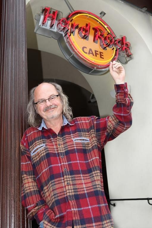 Ondřej Hejma před Hard Rock Cafe.