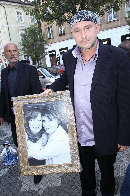 """Fotograf Jakub Ludvík přinesl """"Bohdalce"""" její portrét s dcerou Simonou."""