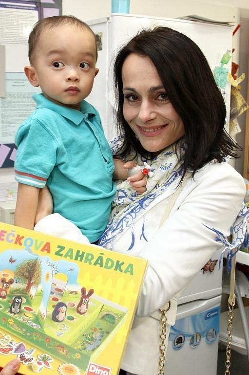 Vendulka Křížová s jedním z malých pacientů.