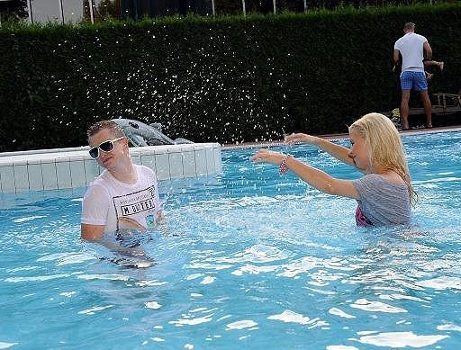 A cákali se v bazénu.