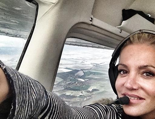 Nadšená Rolins se fotí během letu.