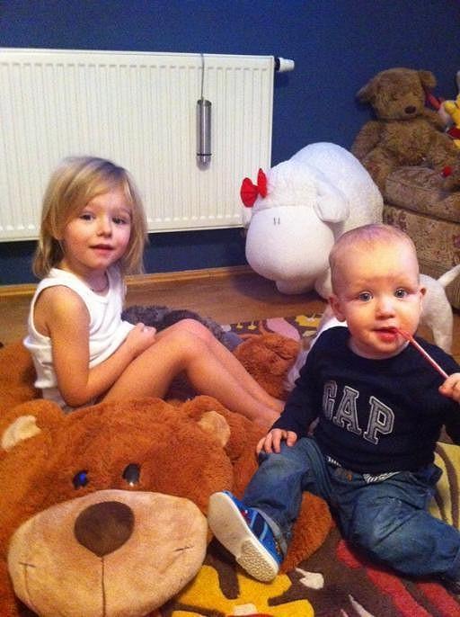 Laura a Maxík si hráli s plyšovým méďou.