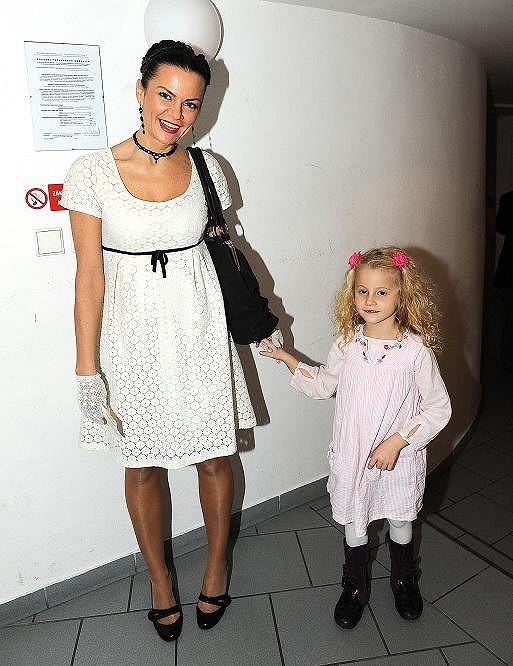 Na představení se přišla podívat i Vanda Károlyi s dcerkou, která je podobně stará jako Maja.