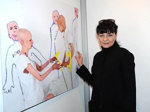 Návrhářka Liběna Rochová z jednou z fotografií na výstavě na Staroměstské radnici.