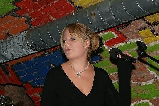 Petra Hapková zazpívala dvě písně. Zpívala italsky i francouzsky.