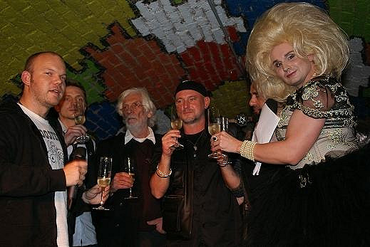 Ondřej Ruml, Petr Hapka a Jakub Ludvík zahájili vernisáž. Večer moderovala excentrická milionářka Vilma Hrozná.