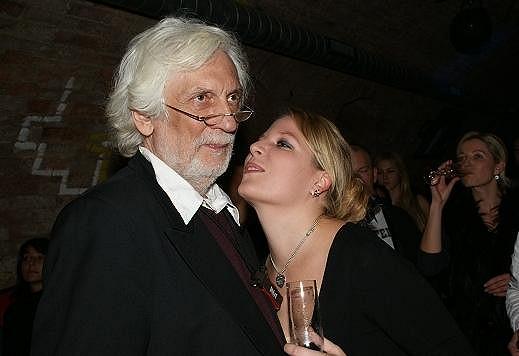 Petr Hapka se celý večer tulil ke své dceři Petře.