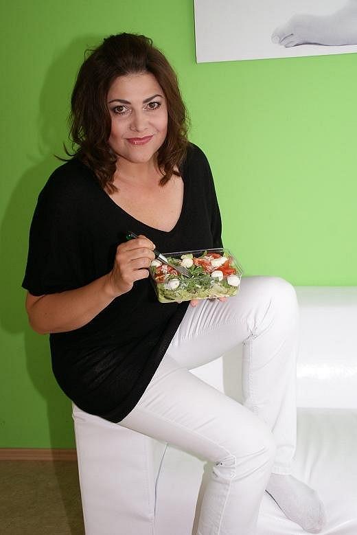 Vydanou energii je potřeba nabrat. Ilona si dopřála oblíbený rukolový salát s mozzarellou.