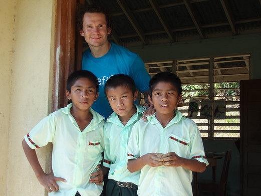 Patrik Eliáš na charitativní projektu v Belize.