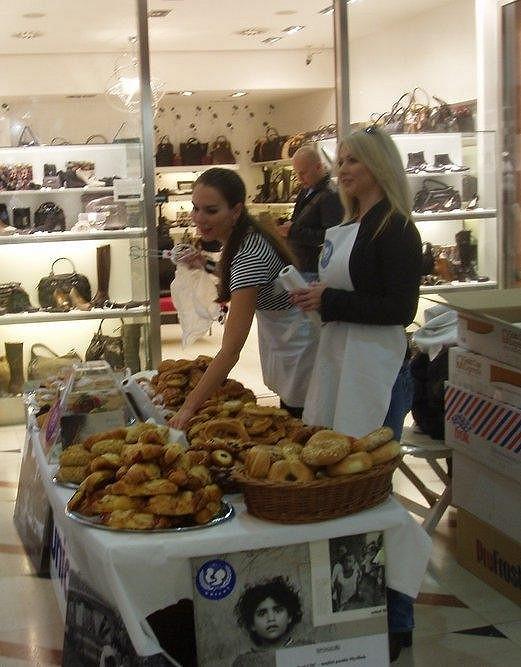 Prodávání koláčů ve prospěch dětského fondu je v Myslbeku už tradicí.