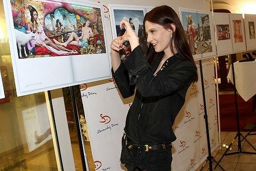 """Také Iva Frühlingová si prohlédla výstavu reprodukcí fotografií z knihy """"Thus Spoke/Tak pravil LaChapelle"""" ve Slovanském domě."""