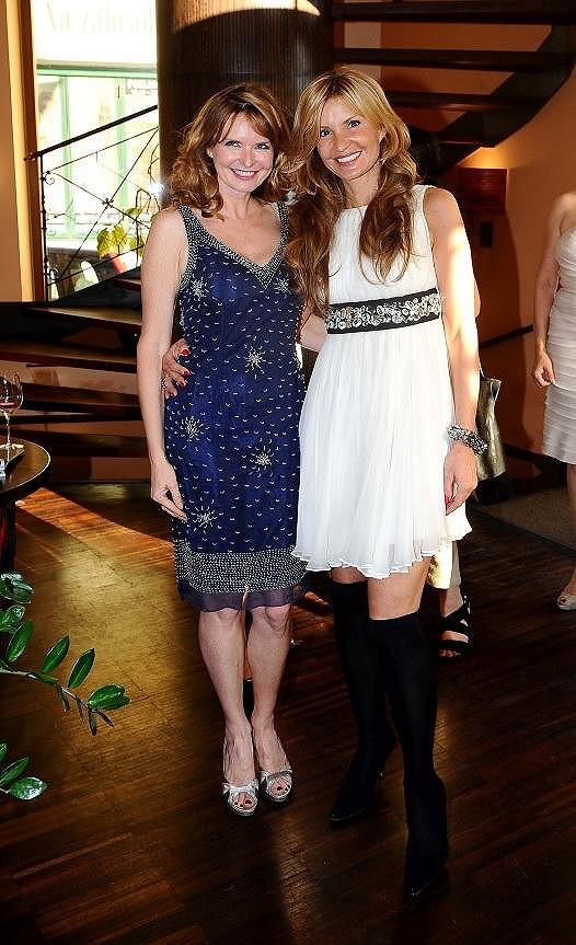 Obě dámy měly nádherné šaty. Tamara ale v horku překvapila výběrem střevíčků.