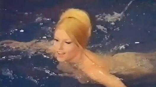 Olga Schoberová ve filmu The Vengeance of She (Její pomsta).