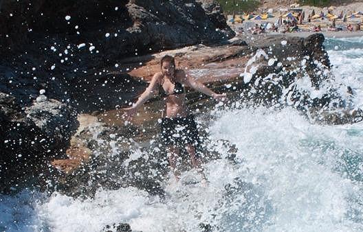 Míša Nosková a její hrátky v moři.