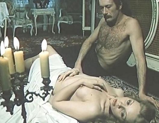 Obnažená Zdena Studenková ve filmu Dedičstvo.