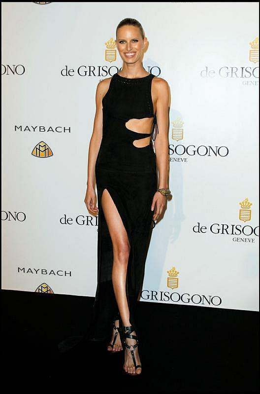 Vysoký rozparek zdůraznil modelčiny štíhlé dlouhé nohy.