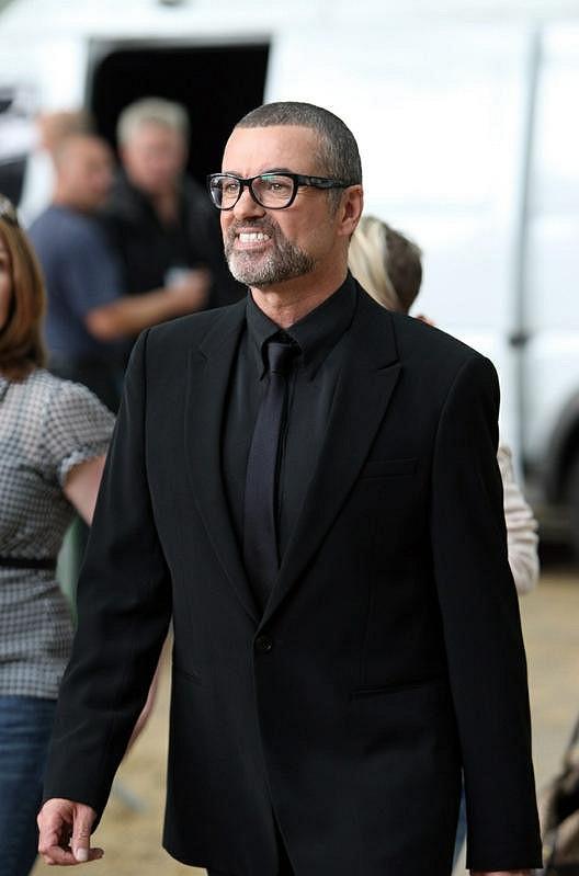 Do Londýna se už na svatbu sjelo mnoho celebrit. George Michael není výjimkou.