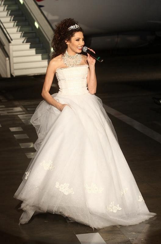 Olga oblékla tyto svatební šaty vytvořené podle Osmanyho návrhu už ve svém klipu K výškám.