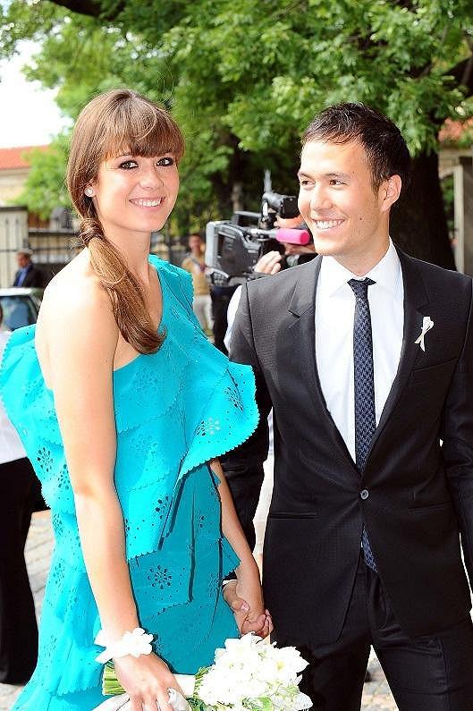 Eliška Šeredová s přítelem na svatbě své starší sestry Aleny.