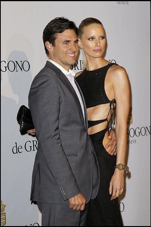 Karolína v objetí s partnerem a otcem modelčina syna Arturem Drurym.