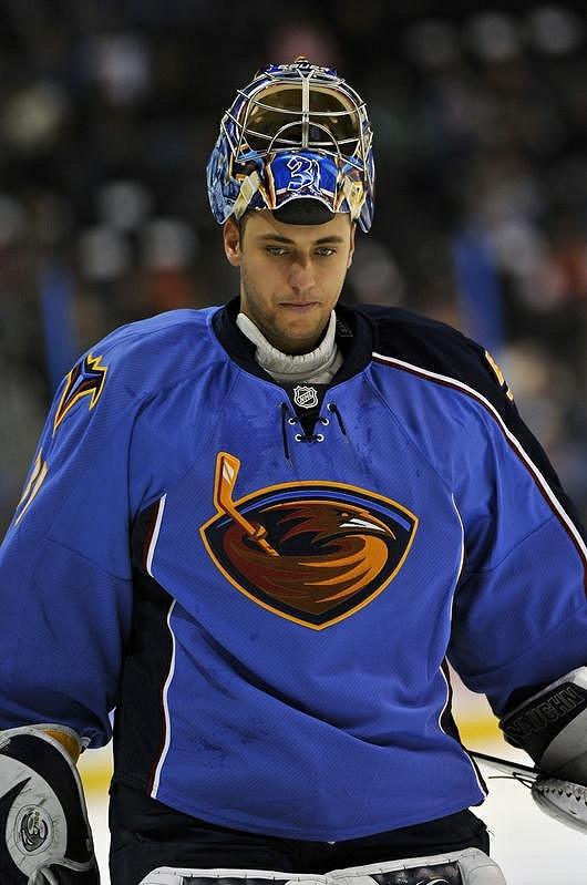 Ondřej Pavelec v hokejové výzbroji.