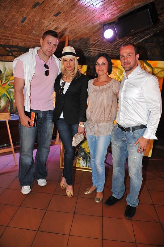 Kateřina Kristelová s manželem Martinem Tůmou a Martin Straka s manželkou Gábinou.