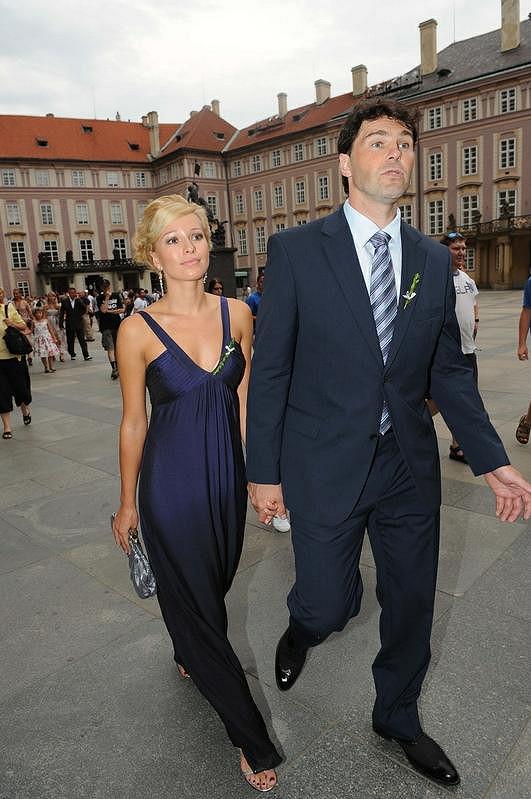 Po boku Jaromíra Jágra ještě s blond barvou vlasů.