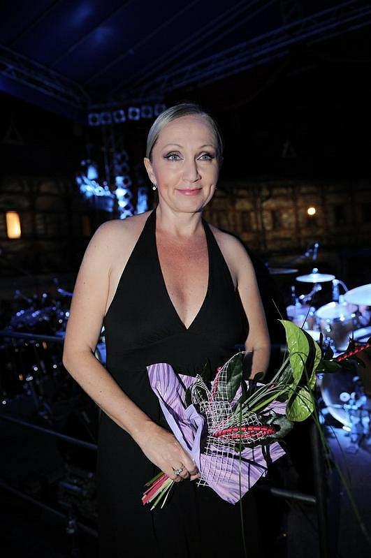 Bára Basiková bude zpívat na Královnách popu v říjnu.