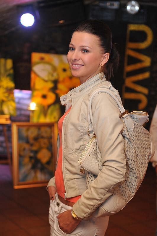 Inna Puhajková na výstavě obrazů Moniky Vargové.