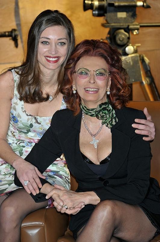 Stále krásná Sophia s neméně krásnou Margareth Made po dokončení filmu Můj dům je samé zrcadlo.