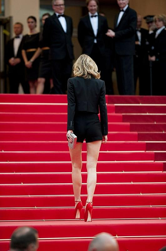 Jen málo žen si může dovolit takhle krátké šortky, Eva je jednou z nich.