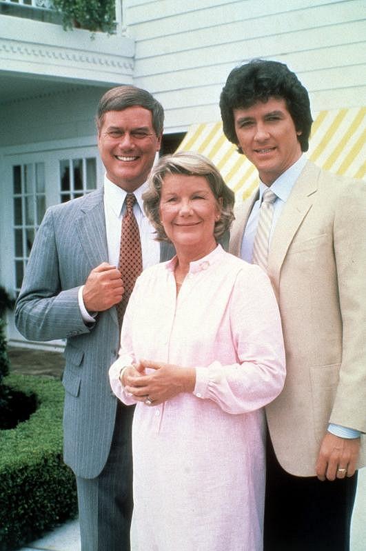 JR Ewing (vlevo), jak si ho pamatujeme z Dallasu. V pravo stojí jeho seriálový bratr Bobby (Patrick Duffy), uprostřed matka Miss Ellie (Barbara Bel Geddes).