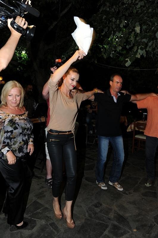 Iva se roztančila při řeckých tancích s majitelkou cestovky Iríny Tours Sotirou.