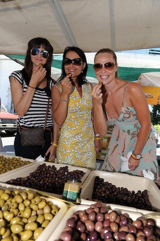 Iva,Vendulka a Pavla si pochutnaly na olivách.