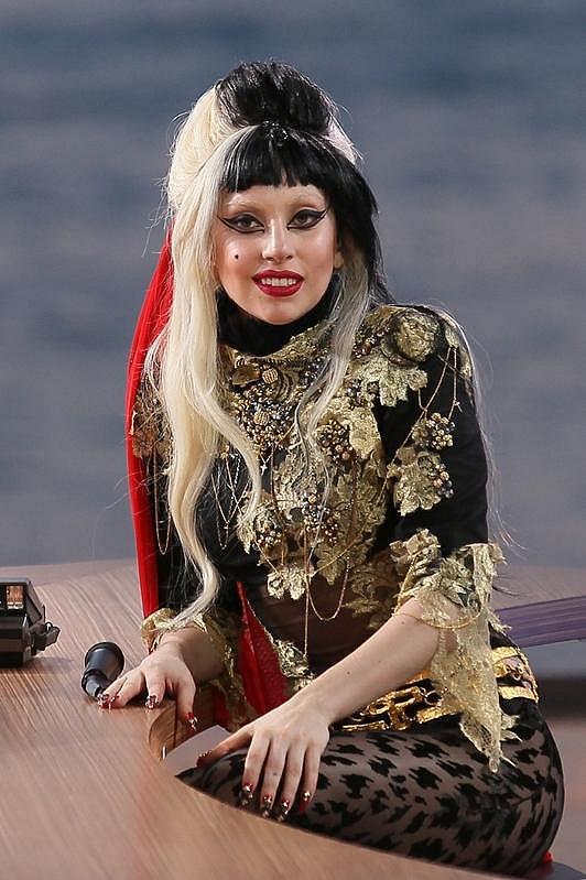 Lady Gaga v trojbarevné paruce.