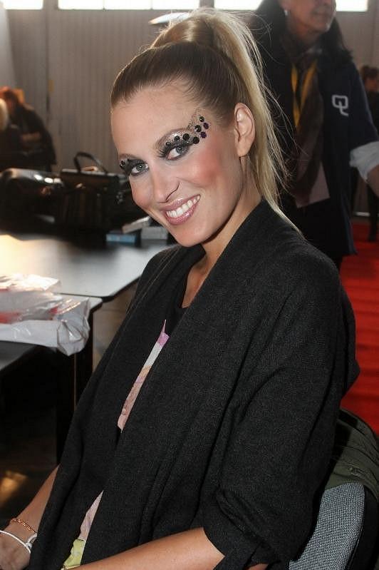 Kačka při přípravě make-upu a vlasů před přehlídkou.