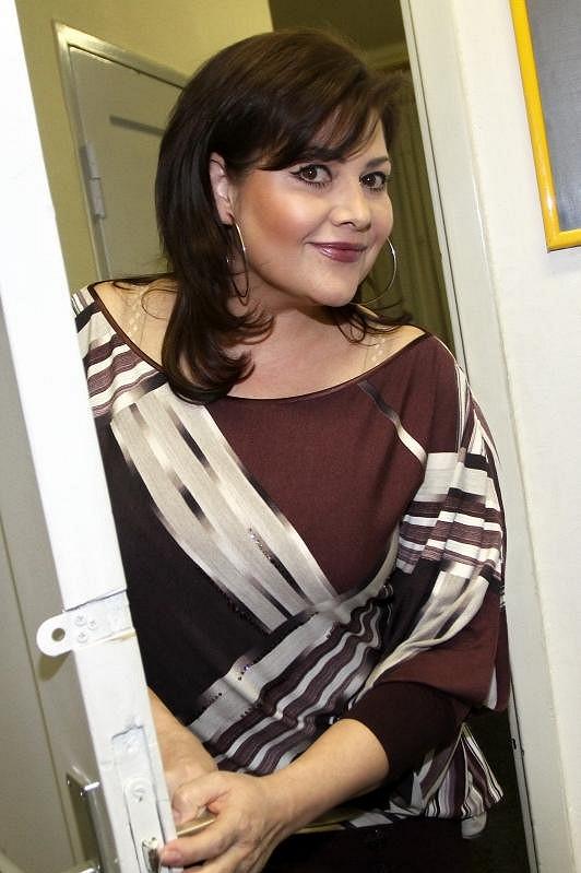 Ilona zpívala nedávno v pořadu To byl náš hit. Vypadala spokojeně.