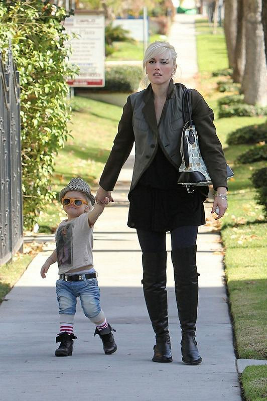 Gwen Stefani s extravagantně oblečeným synem Zumou na procházce.