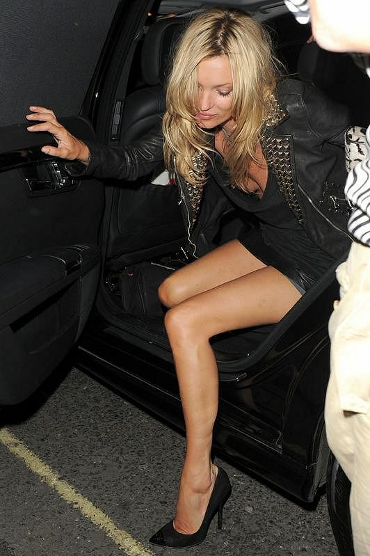 Kate Moss si dávala pozor, aby neukázala při vystupování z auta kalhotky, na výstřih zapomněla.