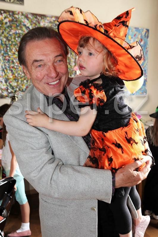 Karel Gott se na oslavě staral o nejmladší dcerku Nelly