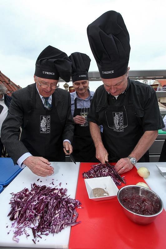 Petr Kostka, Pavel Soukup a Jiří Adamec na kurzu vaření.