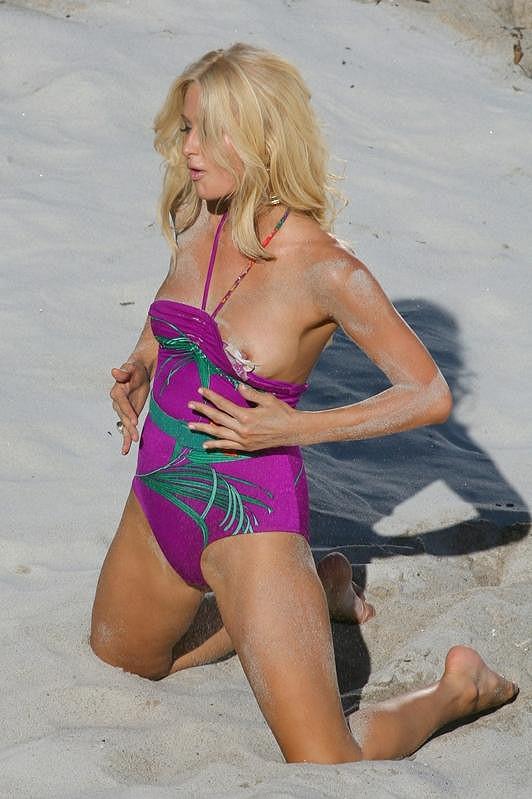 Paris Hilton v roce 2006 při natáčení svého prvního videoklipu v Malibu.