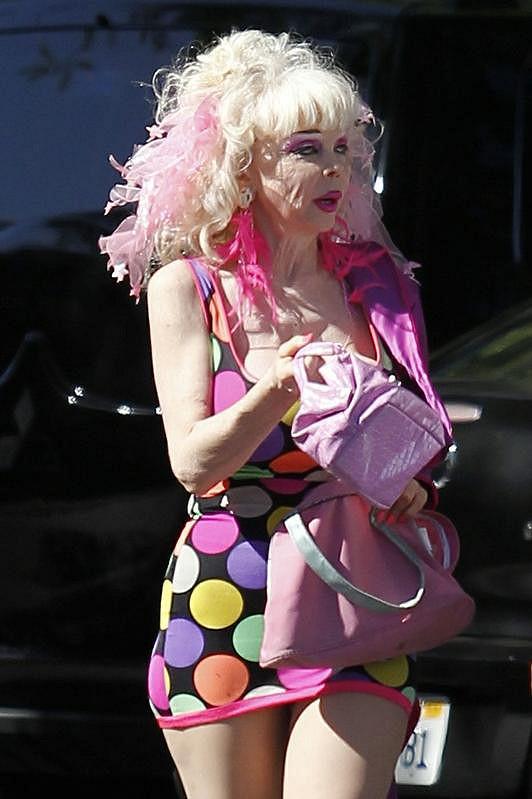 Tato žena o sobě prohlašuje, že si ji děti pletou s panenkou Barbie.