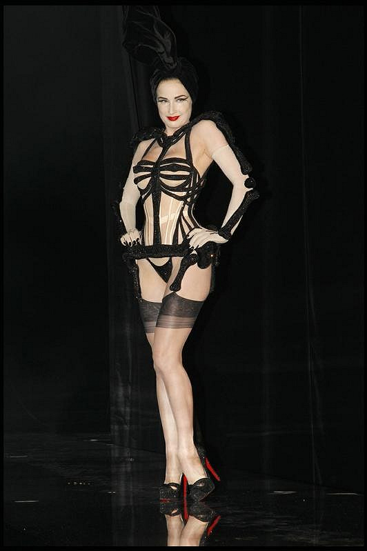 Striptérka Dita a jeden z jejích odvážných modelů.