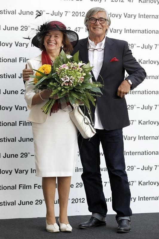 Prezident festivalu přivítal první dámu Livii Klausovou.