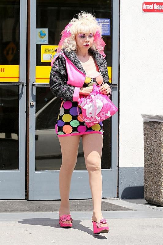 Angelyne svou snahu o roztomilost podtrhla kabelkou Hello Kitty.