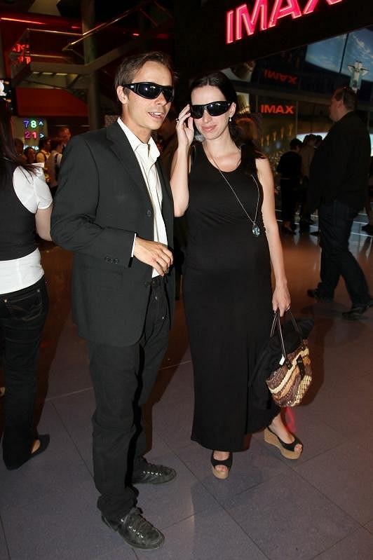 Manželé přišli stylově v černém.